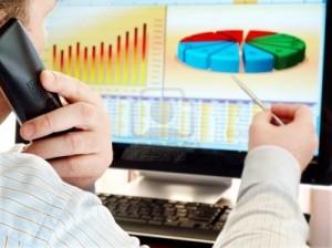 9234063-hombre-en-un-telefono-de-analisis-de-datos-financieros-y-graficos-en-la-pantalla-del-ordenador